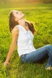 Młoda kobieta z rękami szeroko rozpościerać zdjęcia stock