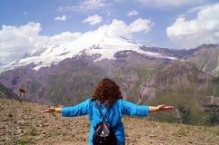 Młoda kobieta z rękami szeroko rozpościerać w górach Pojęcie szczęście, wolność, przyjemność Zdjęcia Royalty Free
