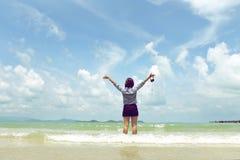 Młoda kobieta z rękami w oddaleniu na piasek plaży Obrazy Stock