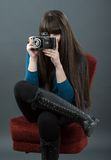 Młoda kobieta z retro kamerą Obrazy Royalty Free