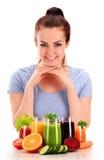 Młoda kobieta z rozmaitością jarzynowi i owocowi soki Zdjęcie Royalty Free