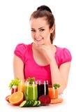 Młoda kobieta z rozmaitością jarzynowi i owocowi soki Obraz Stock