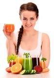 Młoda kobieta z rozmaitością jarzynowi i owocowi soki Fotografia Stock