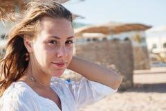 Młoda kobieta z rozwija włosy, ono uśmiecha się, zakończenie portret Co Zdjęcia Royalty Free