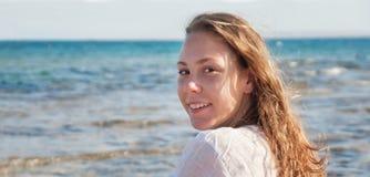 Młoda kobieta z rozwija włosy, ono uśmiecha się, zakończenie portret Co Zdjęcie Stock