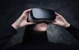 Młoda Kobieta Z rzeczywistości wirtualnej słuchawki zdjęcia stock