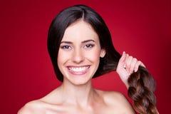 Młoda kobieta z silnym włosy Fotografia Stock