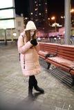 Młoda kobieta z smartphone w ulicie zdjęcia royalty free