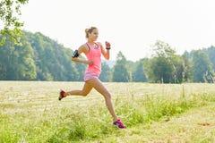 Młoda kobieta z smartwatch jako jogger obrazy royalty free