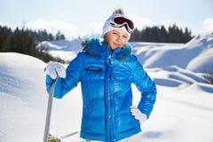Młoda kobieta z snowboard w jej ręce obraz stock