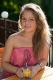 Młoda kobieta z sok pomarańczowy obraz stock
