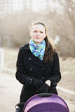 Młoda kobieta z spacerowiczem Obrazy Stock