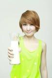 Młoda kobieta z szkłem mleko obrazy royalty free