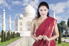 Młoda kobieta z Taj Mahal tłem Zdjęcie Stock
