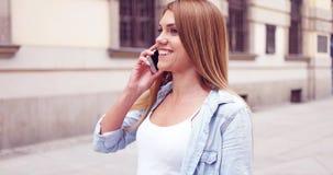 Młoda Kobieta z telefonu odprowadzeniem przy ulicą fotografia stock