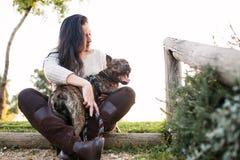 Młoda kobieta z ther psem obraz royalty free