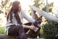Młoda kobieta z ther psem obraz stock