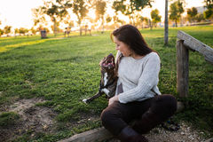 Młoda kobieta z ther psem obrazy royalty free
