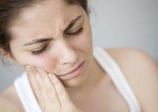 Młoda kobieta z toothache zdjęcie stock