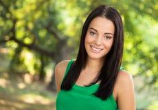 Młoda kobieta z toothy uśmiechem Obraz Royalty Free
