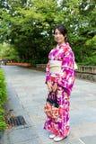 Młoda kobieta z tradycyjnym japończykiem odziewa Fotografia Royalty Free