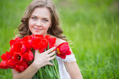 Młoda kobieta z tulipanowymi kwiatami fotografia royalty free