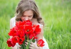 Młoda kobieta z tulipanowymi kwiatami zdjęcie stock