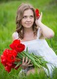 Młoda kobieta z tulipanowymi kwiatami zdjęcia stock