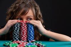 Młoda kobieta z uprawiać hazard układy scalonych Obrazy Royalty Free