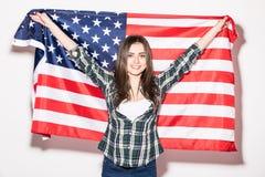 Młoda kobieta z USA flaga w rękach na bielu plecy obrazy royalty free