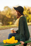 Młoda kobieta z wiązką żółci kwiaty Zdjęcia Stock