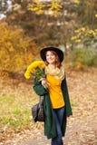 Młoda kobieta z wiązką wildflowers Zdjęcia Royalty Free