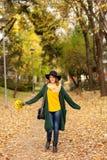 Młoda kobieta z wiązką wildflowers Zdjęcia Stock