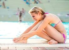 Młoda kobieta z zdradzoną nogą Zdjęcie Royalty Free