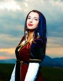 Młoda kobieta z zmierzchem Naturalny tło Kontakt wzrokowy fotografia royalty free