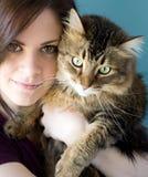 Młoda kobieta z zwierzę domowe kotem Zdjęcia Stock