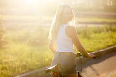 Młoda kobieta zaczyna rower przejażdżkę Fotografia Royalty Free