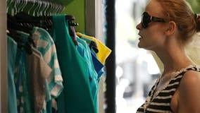 Młoda kobieta zakupy. zbiory wideo