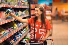 Młoda kobieta zakupy dla zboża, masa w sklepu spożywczego supermarkecie zdjęcie stock