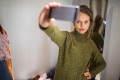 Młoda kobieta zakupy w moda sklepie fotografia royalty free