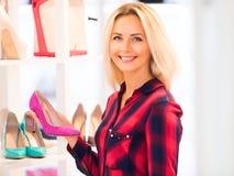 Młoda kobieta zakupy w mody obuwia sklepie zdjęcie stock