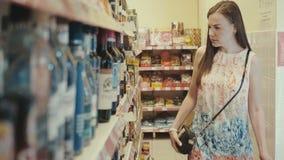 Młoda kobieta zakupy w supermarkecie zdjęcie wideo