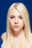 Młoda kobieta zamknięty up pracowniany portret obraz royalty free