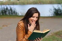 młoda kobieta zaskakująca Fotografia Stock