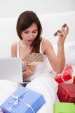 Kobieta Zaskakująca Otwierać prezent fotografia stock