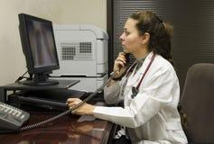 Kobiety lekarka egzamininuje promieniowanie rentgenowskie zdjęcia royalty free