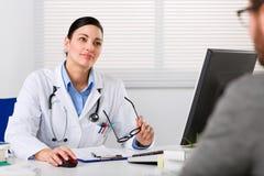 Młoda kobiety lekarka słucha uważnie Fotografia Stock