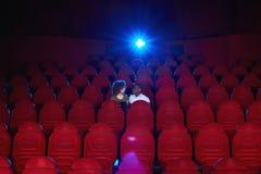 Młoda kochająca para dzieli romantycznego moment przy kinem obrazy royalty free