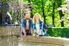 Młoda kochająca para ma datę w mieście fotografia stock