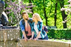 Młoda kochająca para ma datę w mieście fotografia royalty free